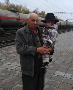Дед Витя с Тамерланом , четвёртым нашим внуком . Мы их провожаем